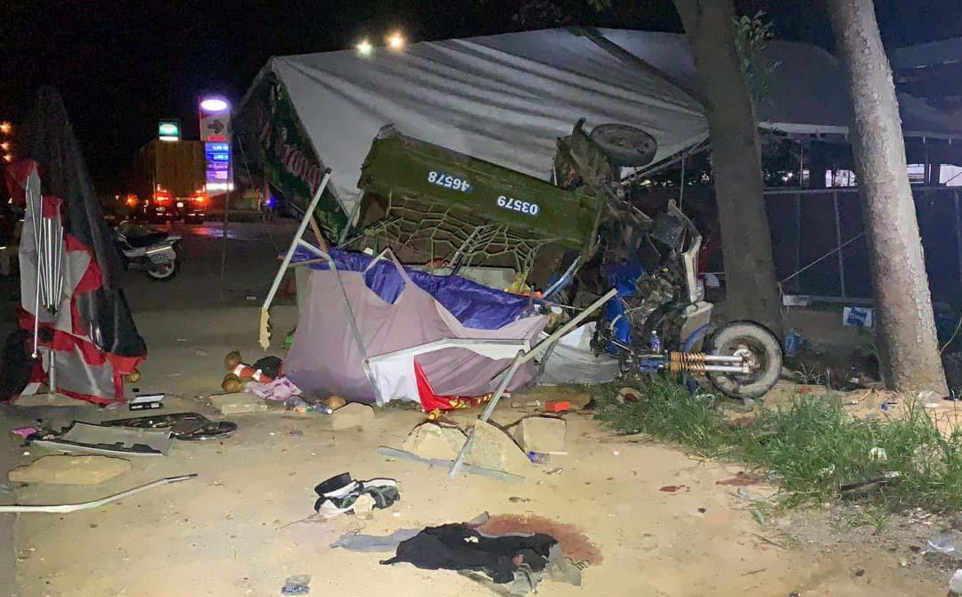 Gia đình đi xe ba gác từ TP HCM về Nghệ An bị xe tải tông khiến 1 người chết, nhiều người bị thương