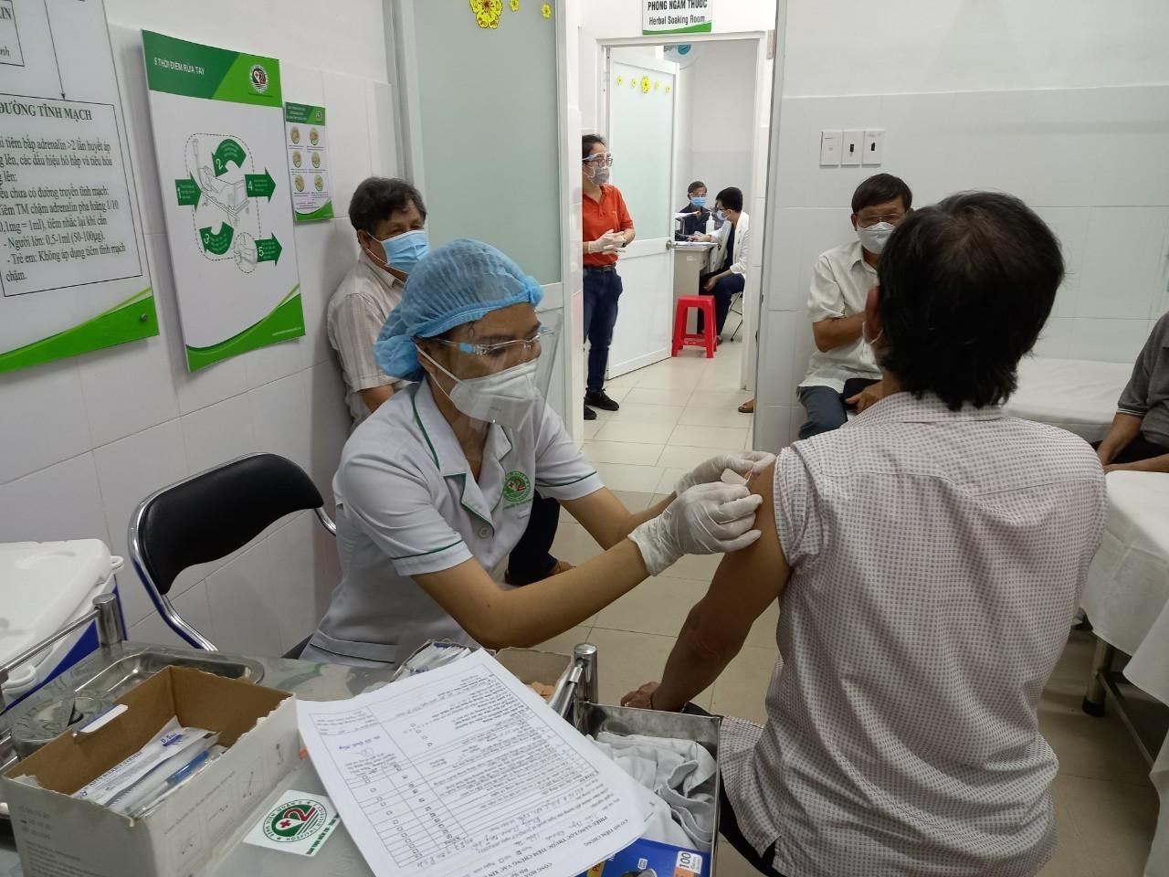 8 dấu hiệu chỉ điểm sau tiêm vắc xin Covid-19 bị phản vệ được chuyên gia khuyến cáo - Ảnh 1.