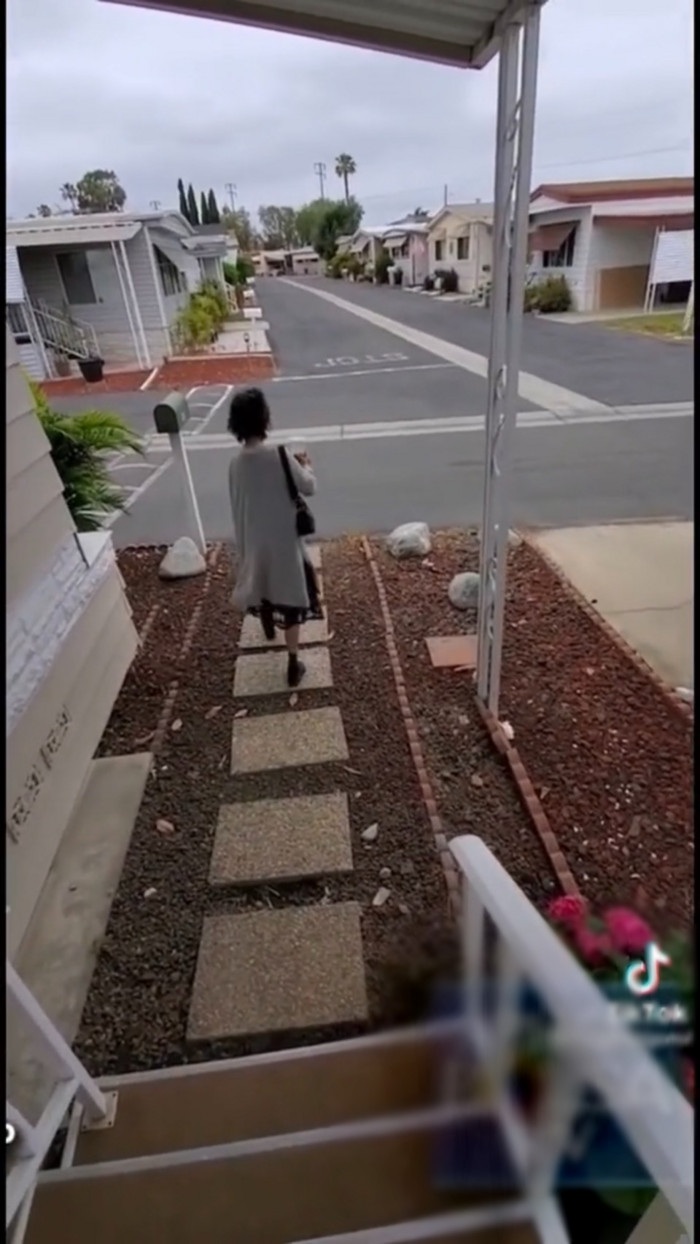 Kim Ngân ăn mặc sành điệu, được em họ dẫn đi mua nhà mới
