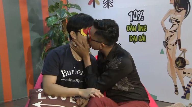 Trước khi bị khai tử, show hẹn hò Việt còn gây sốc bằng cảnh 2 chàng trai hôn nhau đắm đuối - Ảnh 3.