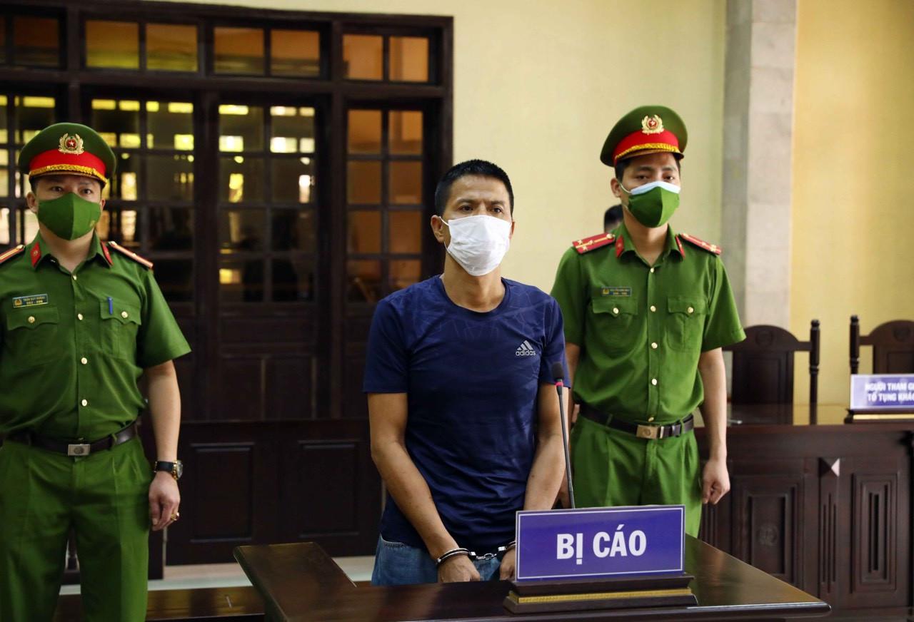 Hà Nội: Gã đàn ông bóp cổ công an, cầm gạch đe dọa đòi thông chốt kiểm soát dịch lĩnh án 33 tháng tù giam - Ảnh 1.