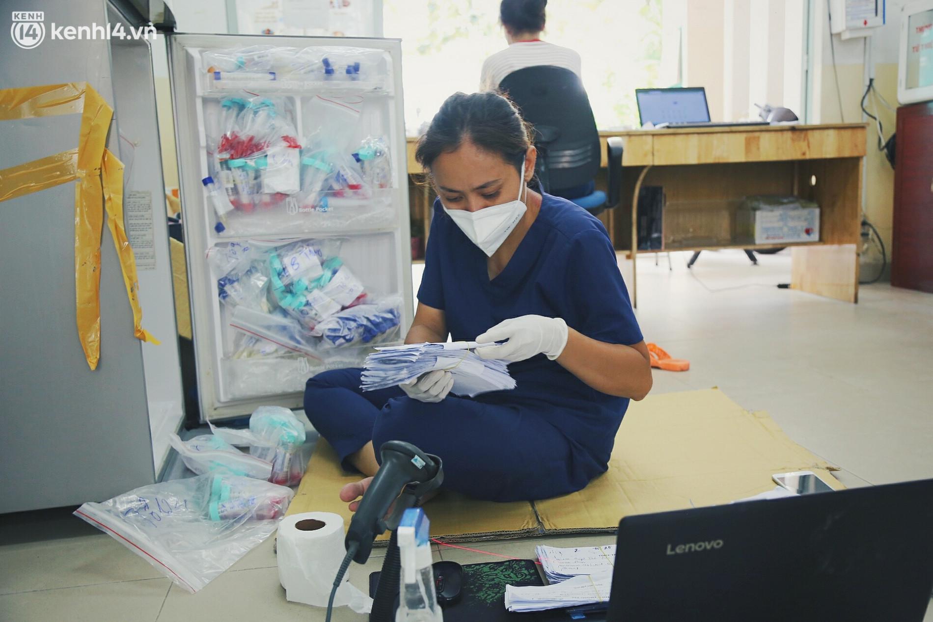 Mẹ mất, 2 con nhỏ nhiễm Covid-19, vợ chồng nữ điều dưỡng gạt nước mắt ở lại trạm y tế chống dịch - Ảnh 1.