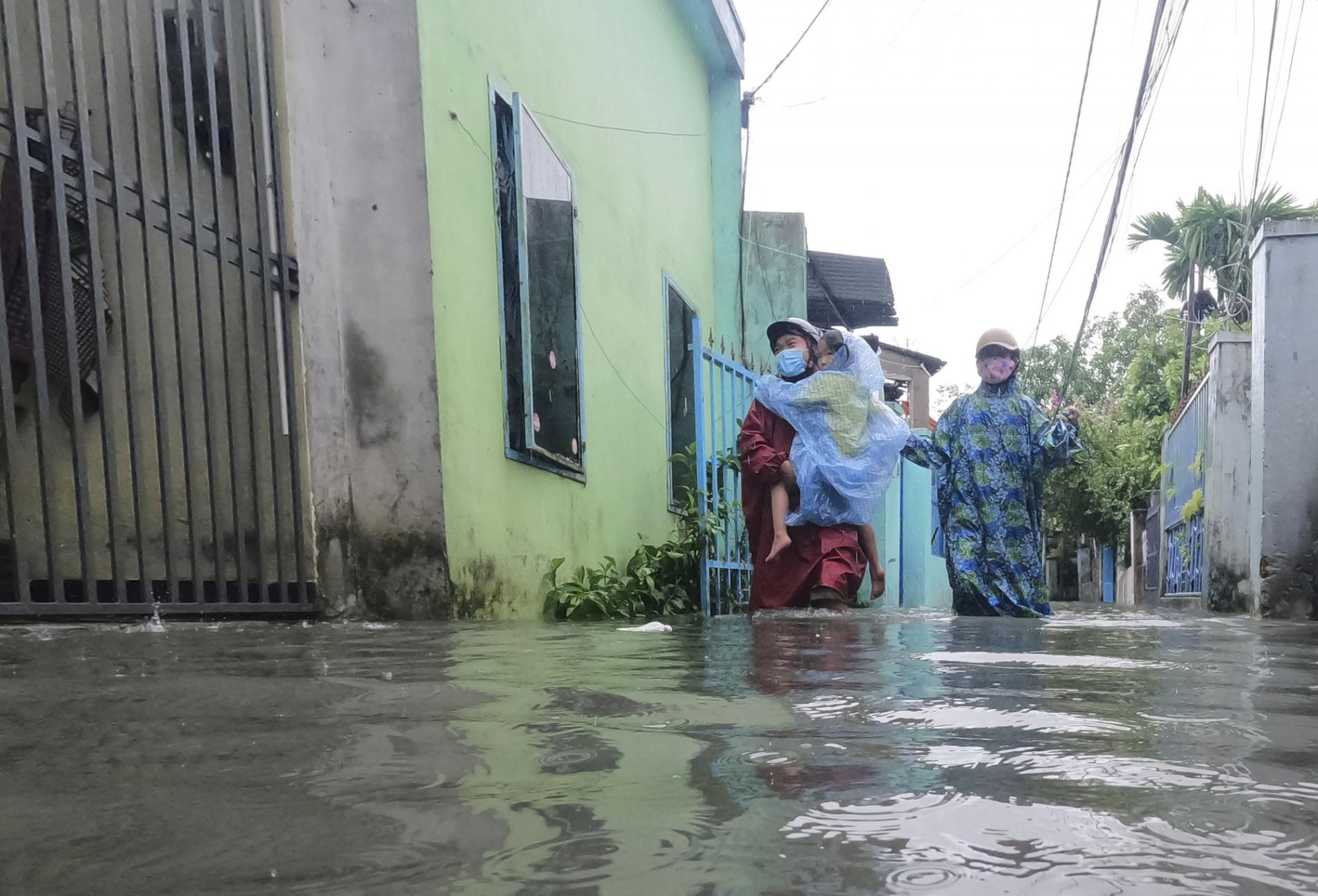 Đà Nẵng: Khu dân cư ngập sâu, nhiều người phải bồng con đi gửi nhờ - Ảnh 8.