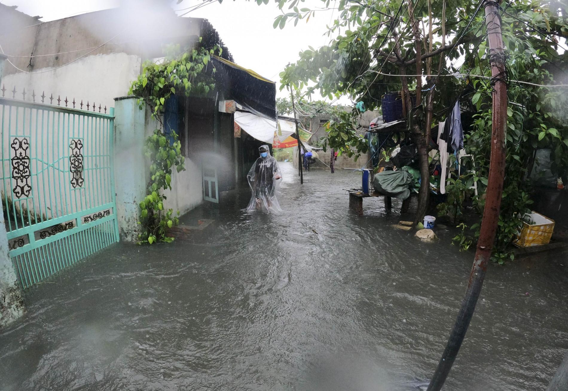 Đà Nẵng: Khu dân cư ngập sâu, nhiều người phải bồng con đi gửi nhờ - Ảnh 10.