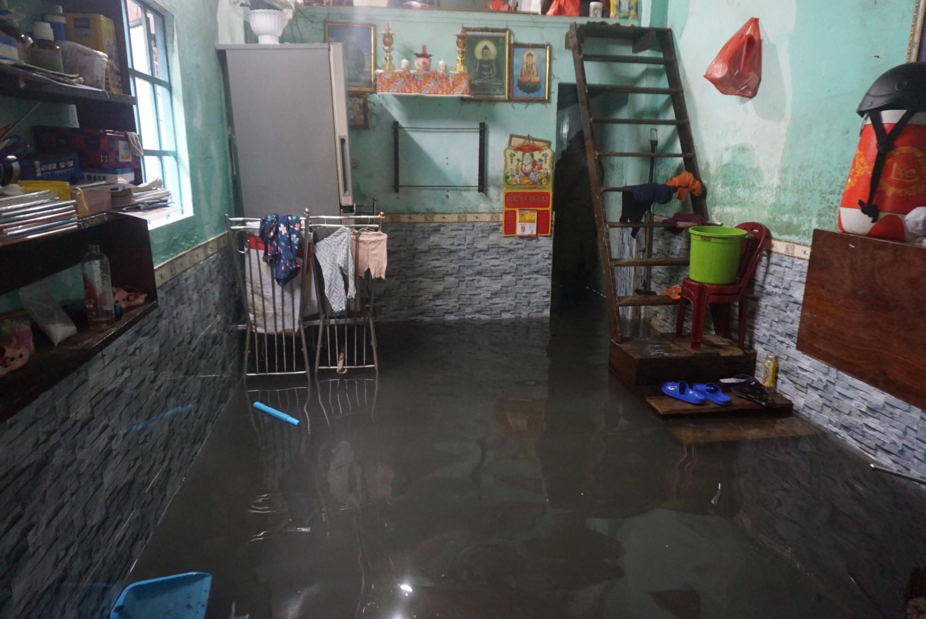 Đà Nẵng: Khu dân cư ngập sâu, nhiều người phải bồng con đi gửi nhờ - Ảnh 15.