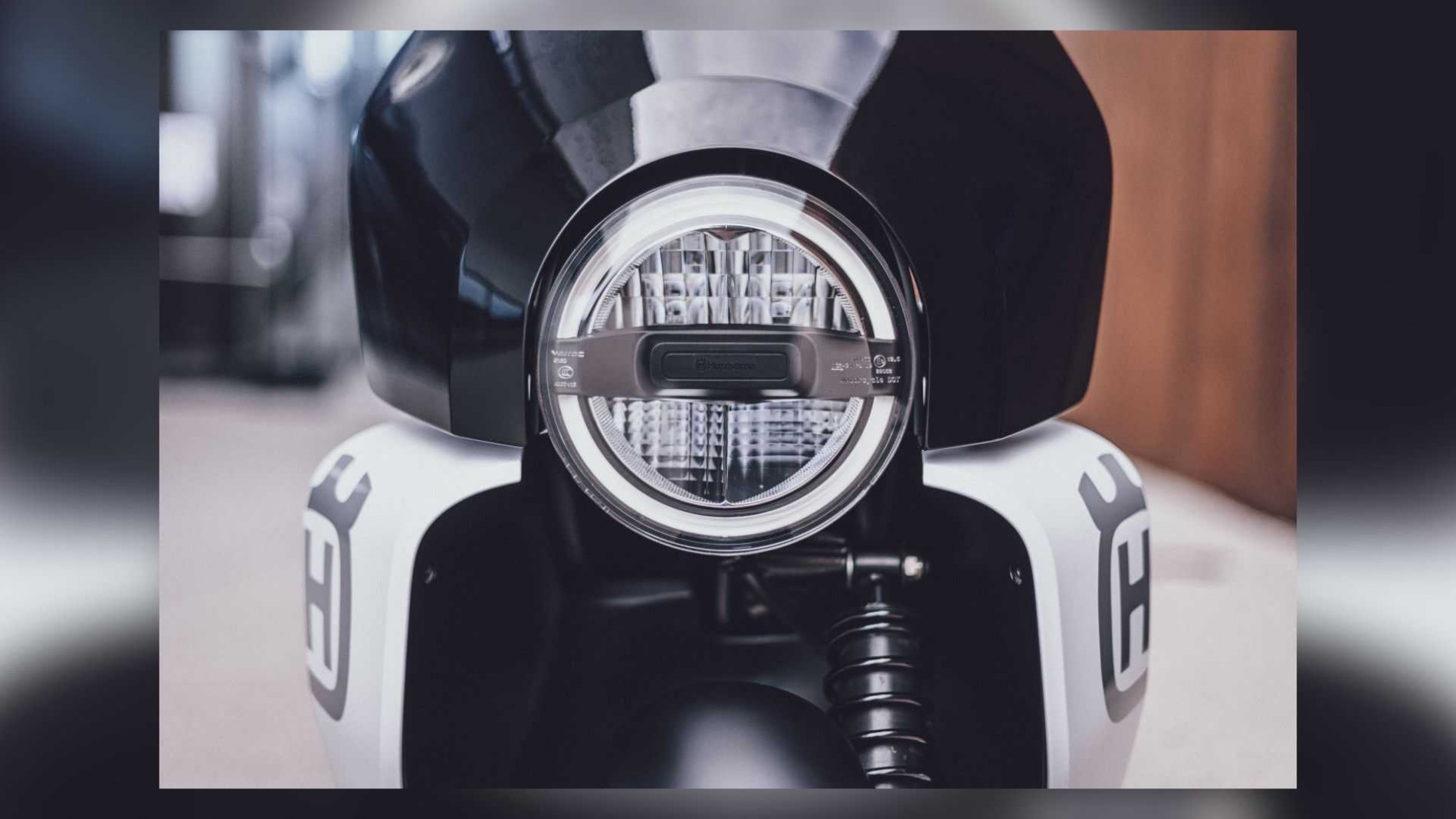 """Mẫu xe máy điện mới thiết kế """"sắc lẹm"""", sạc đầy pin đi 95 km, chặt đẹp mọi mẫu mã - Ảnh 2."""