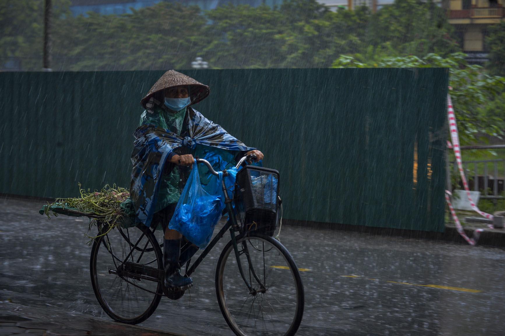Cơn mưa rào khiến trời Hà Nội 8h sáng vẫn tối đen như mực - Ảnh 3.