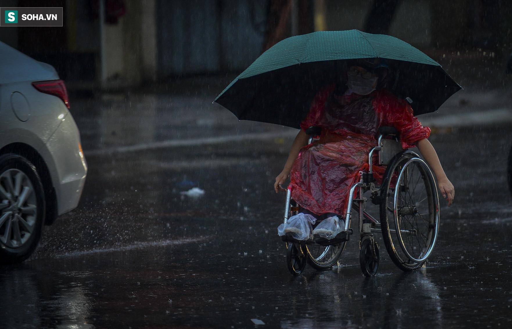 Cơn mưa rào khiến trời Hà Nội 8h sáng vẫn tối đen như mực - Ảnh 10.