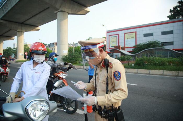 Hà Nội không kiểm tra giấy đi đường tại 19 quận, huyện, thị xã 'bình thường mới' Ảnh 1