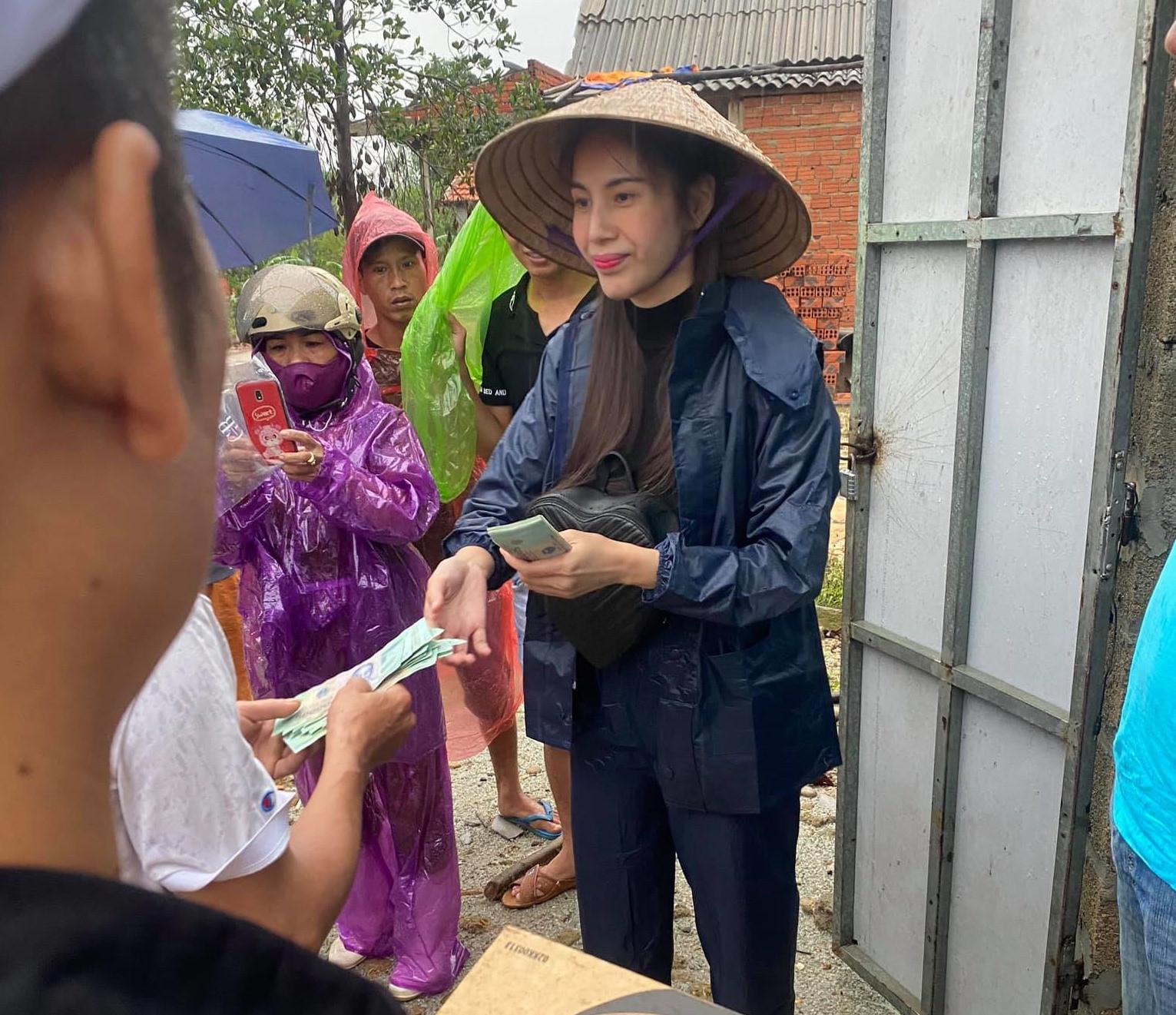 Netizen lại tranh cãi chuyện Thuỷ Tiên bỏ quên mạnh thường quân, phiếu nhận quà của bà con miền Trung chỉ ghi tên nữ ca sĩ? - Ảnh 6.