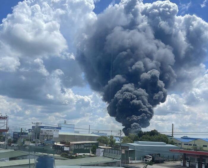 Công ty sản xuất mút xốp ở Bình Dương chìm trong biển lửa, cột khói đen bốc cao cả trăm mét Ảnh 1