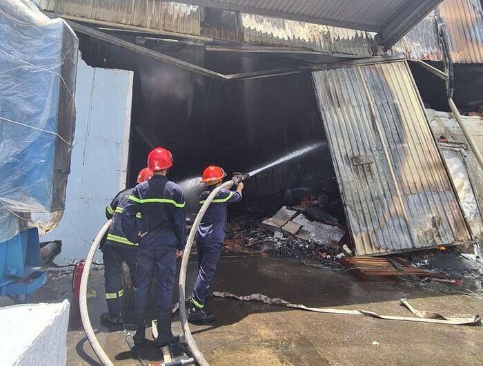 Công ty sản xuất mút xốp ở Bình Dương chìm trong biển lửa, cột khói đen bốc cao cả trăm mét Ảnh 3