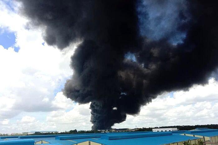 Công ty sản xuất mút xốp ở Bình Dương chìm trong biển lửa, cột khói đen bốc cao cả trăm mét Ảnh 2