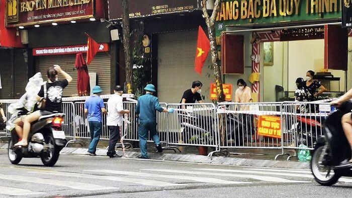 Hà Nội: Phong toả một đoạn phố Trần Nhân Tông sau khi phát hiện ca F0 mới Ảnh 1
