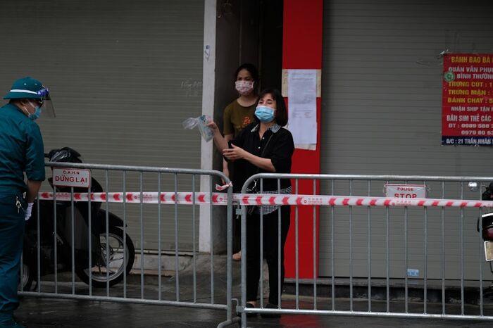 Hà Nội: Phong toả một đoạn phố Trần Nhân Tông sau khi phát hiện ca F0 mới Ảnh 9
