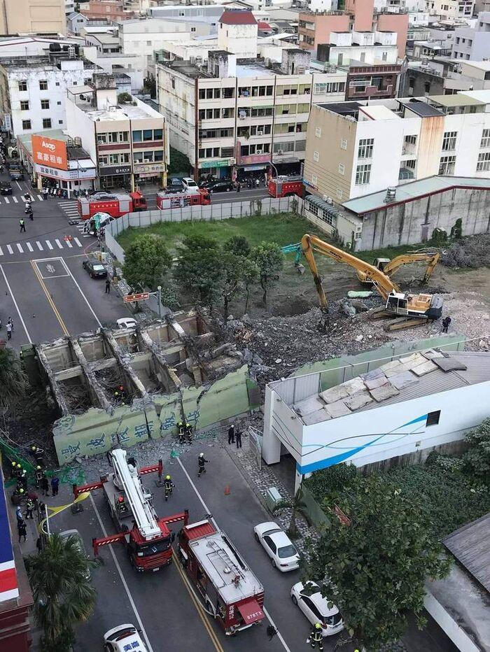 Khách sạn 7 tầng bất ngờ đổ sập giữa đường, người dân 'đứng hình' với cảnh trước mắt