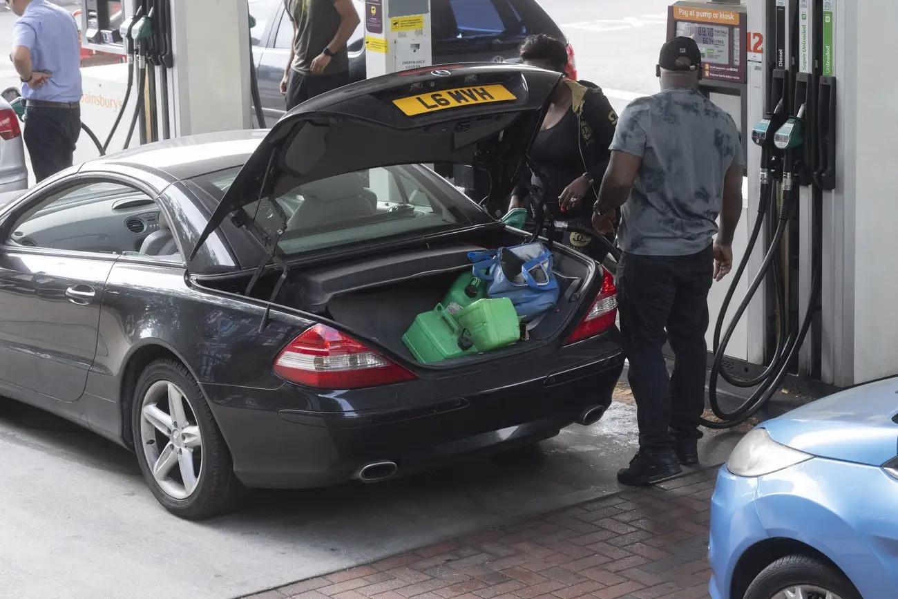 Cảnh thiếu xăng ở Anh: Xe xếp hàng cả dặm chờ đổ xăng, lượng người mua can tích trữ tăng 1.600% - Ảnh 4.