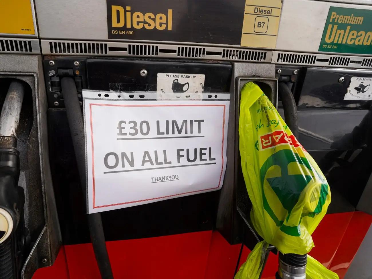 Cảnh thiếu xăng ở Anh: Xe xếp hàng cả dặm chờ đổ xăng, lượng người mua can tích trữ tăng 1.600% - Ảnh 5.