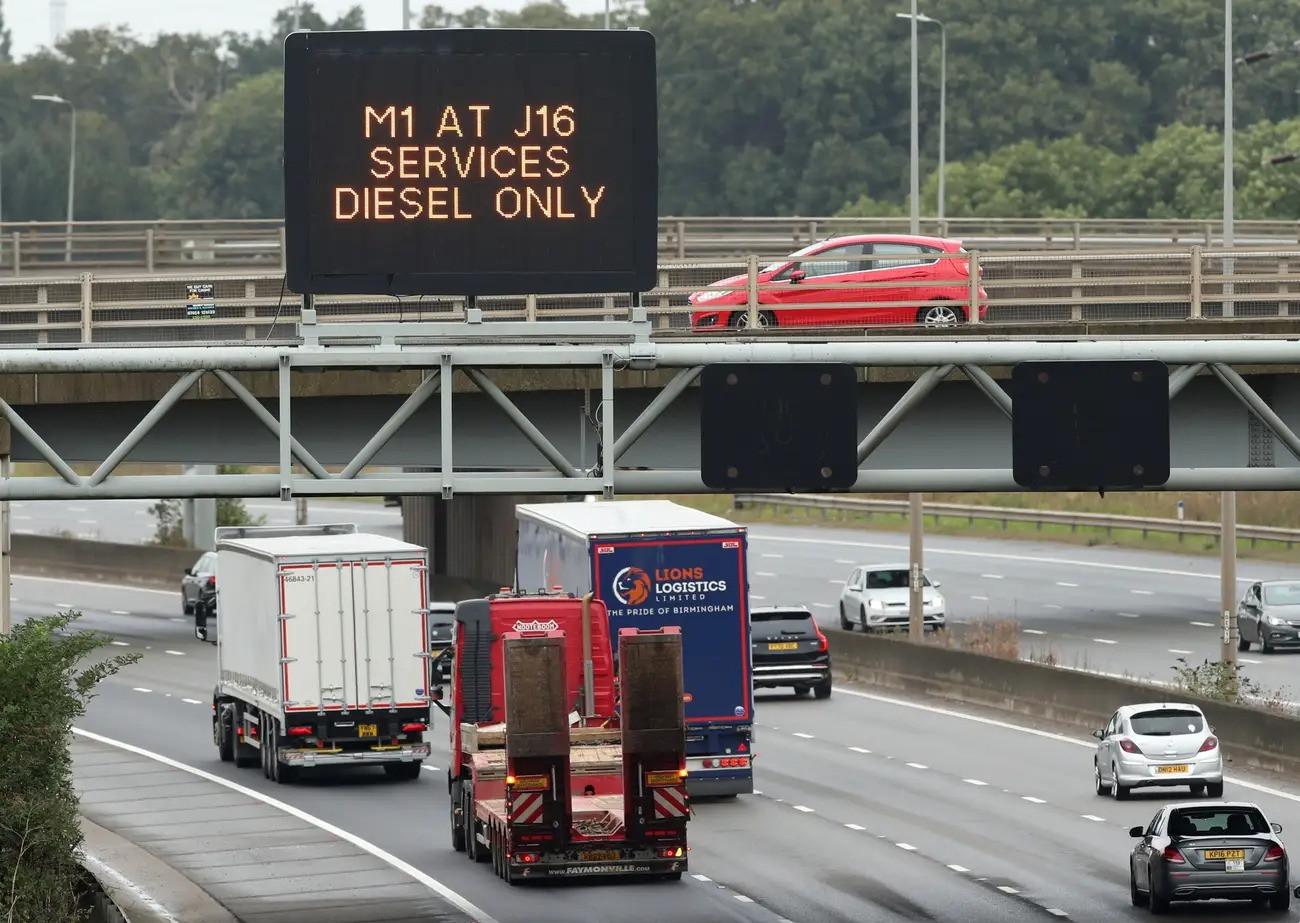 Cảnh thiếu xăng ở Anh: Xe xếp hàng cả dặm chờ đổ xăng, lượng người mua can tích trữ tăng 1.600% - Ảnh 7.