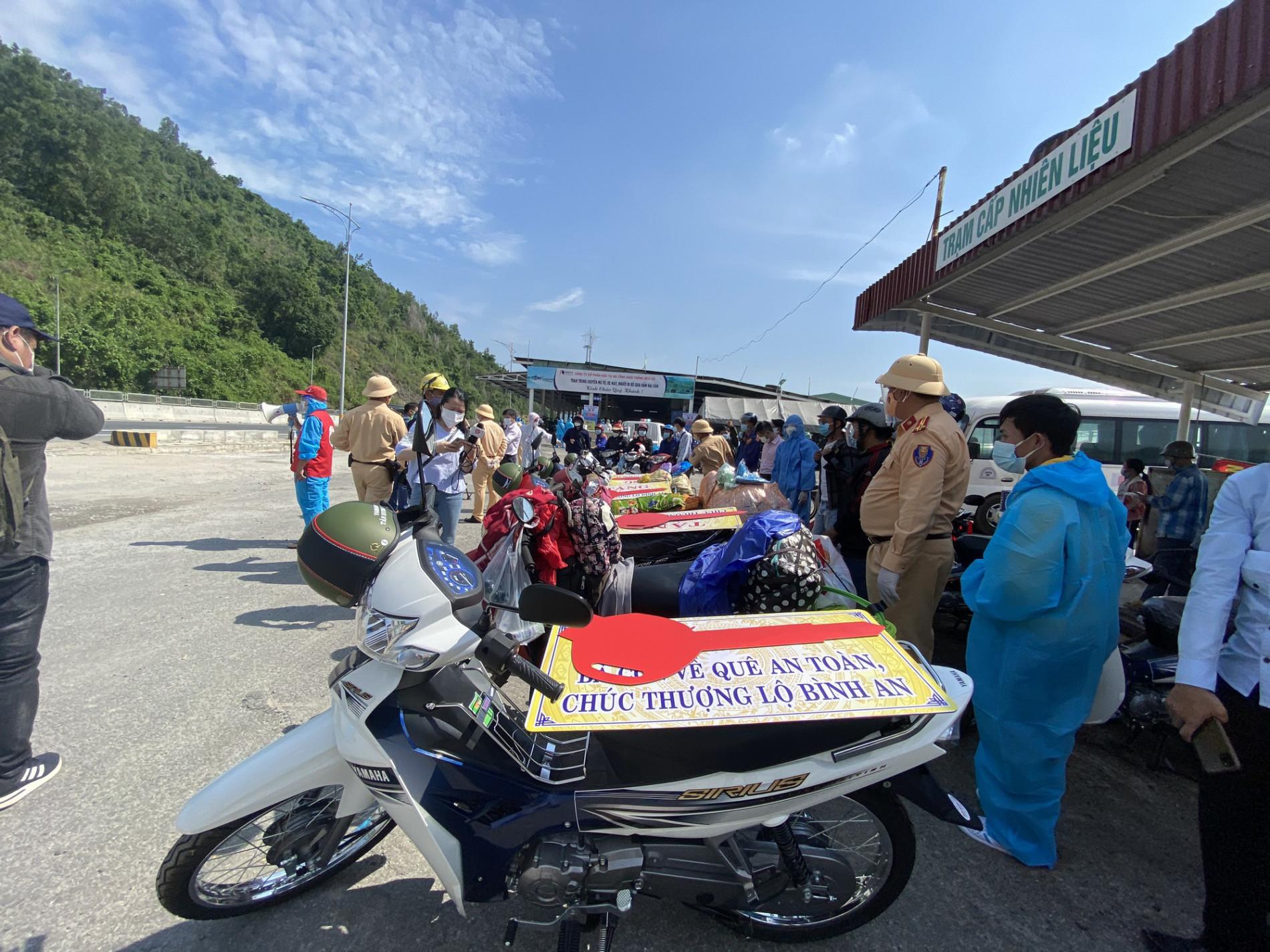 Bí thư Đà Nẵng đến hầm Hải Vân, phát tiền hỗ trợ cho người dân về quê - Ảnh 2.