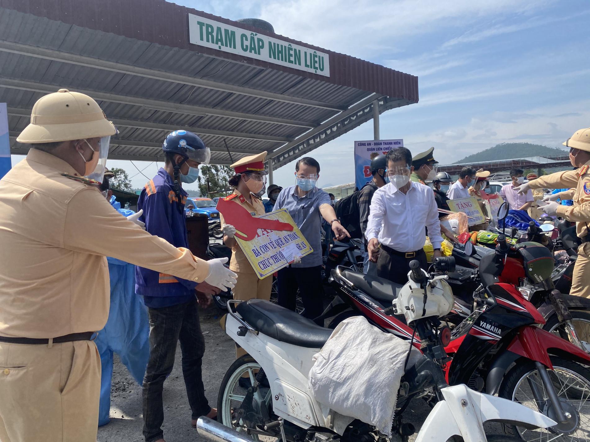 Bí thư Đà Nẵng đến hầm Hải Vân, phát tiền hỗ trợ cho người dân về quê - Ảnh 4.
