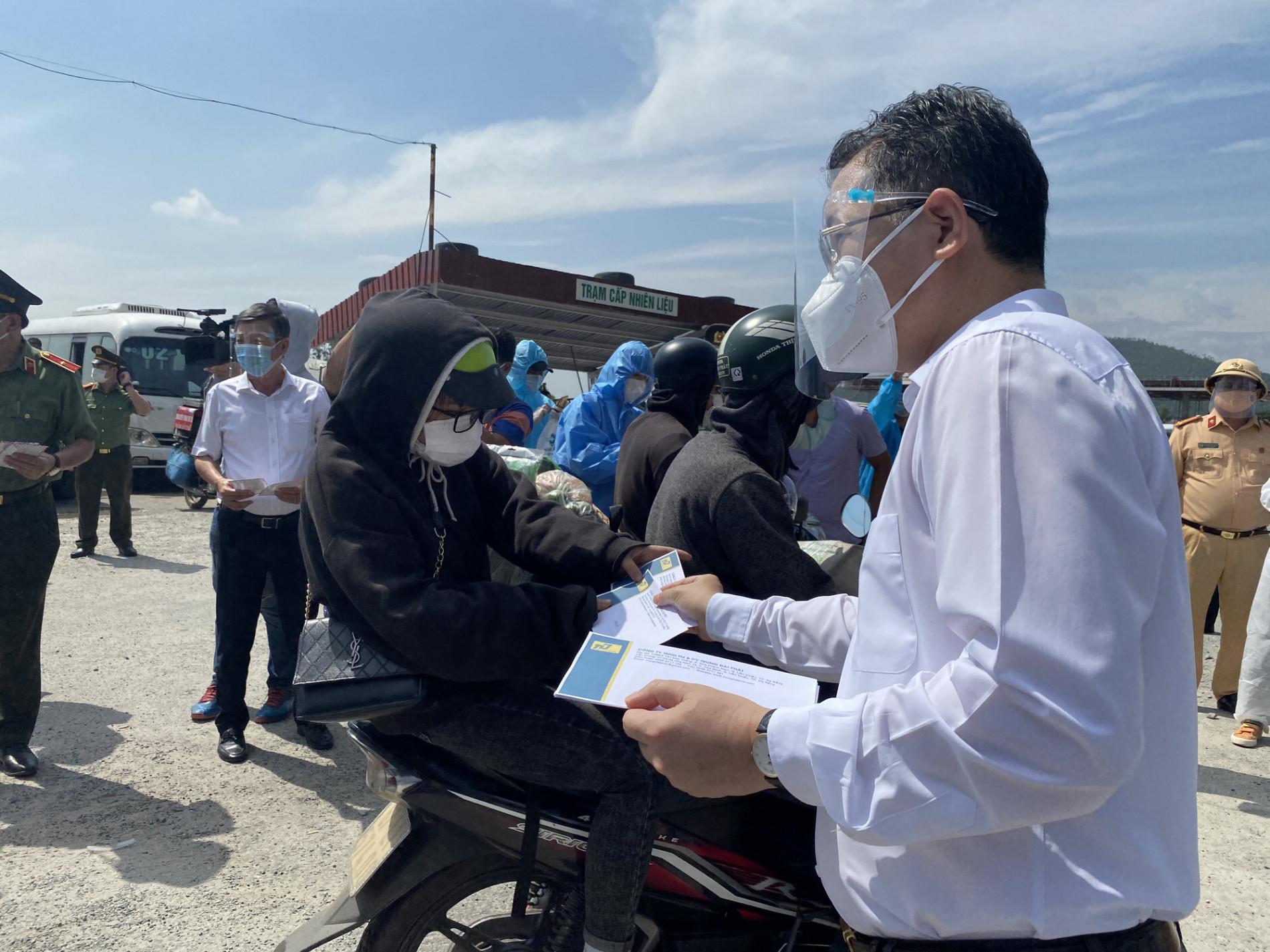 Bí thư Đà Nẵng đến hầm Hải Vân, phát tiền hỗ trợ cho người dân về quê - Ảnh 6.