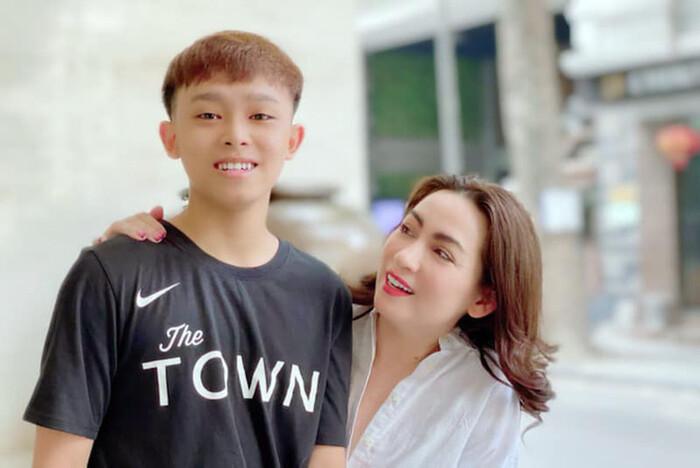 Ê-kíp Phi Nhung nói rõ việc nhà ở của Hồ Văn Cường kèm clip nam ca sĩ đến ngân hàng lập tài khoản riêng