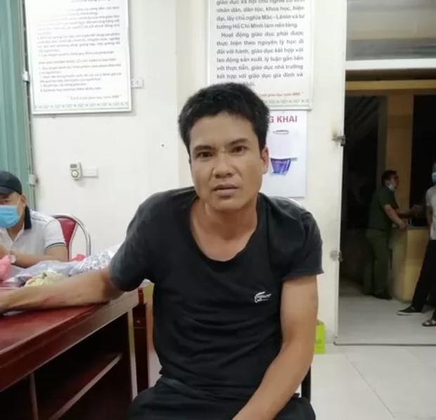 Gã đàn ông mặc váy đột nhập vào nhà vệ sinh trường tiểu học, khống chế cướp nhẫn vàng của nữ giáo viên Ảnh 1