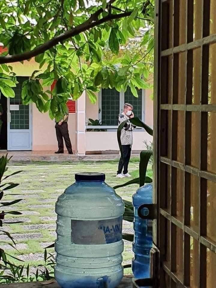 Xuất hiện hình ảnh được cho là Đàm Vĩnh Hưng ở cơ quan điều tra giữa lùm xùm kiện tụng bà Phương Hằng - Ảnh 2.