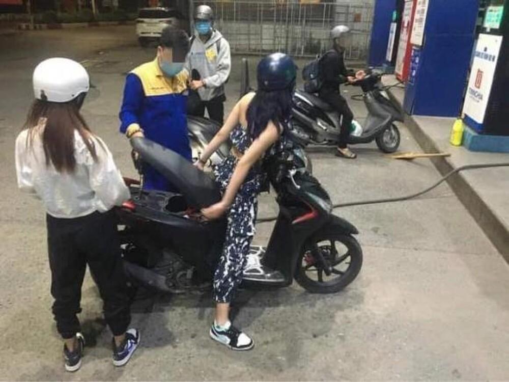 1-hanh-dong-kem-duyen-gai-xinh-ngoi-i-tren-xe-de-do-xang-1618372571.jpg