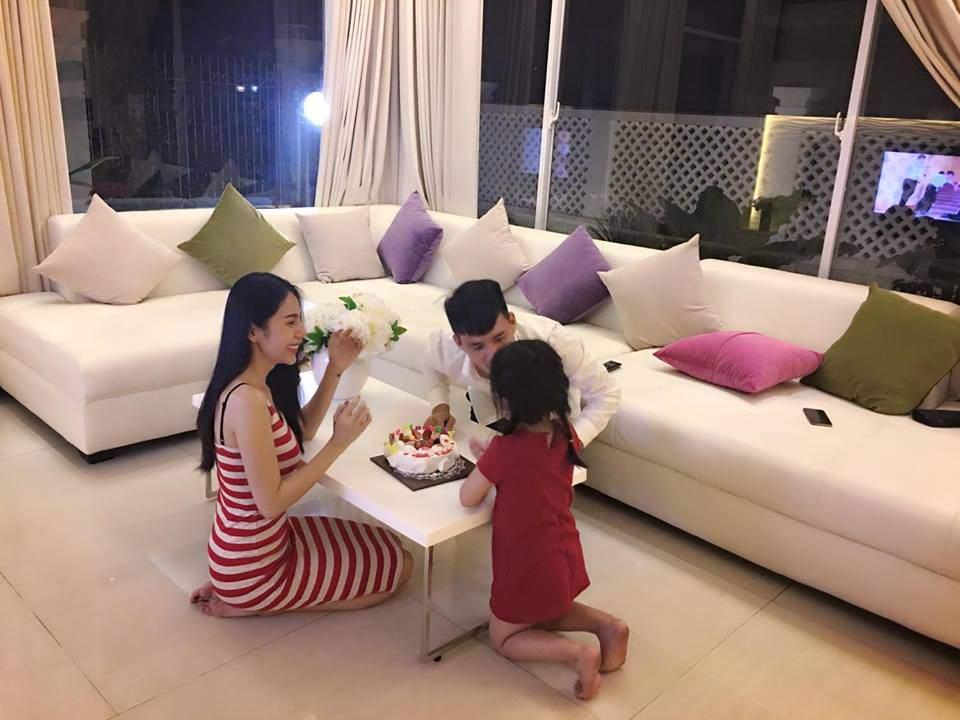 Thủy Tiên tổ chức sinh nhật cho chồng đơn giản nhưng ấm áp tại phòng khách gia đình.