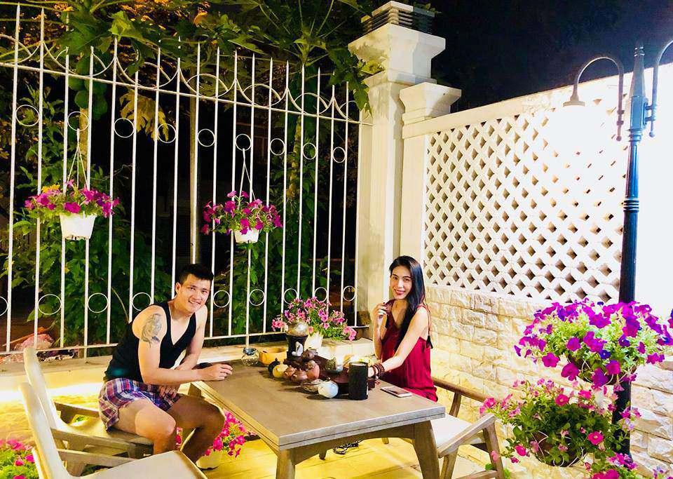 Hình ảnh hai vợ chồngcùng ngồi thư giãn, uống trà trong một góc sân nhà đầy hoa từngđược Thủy Tiên chia sẻ gần đây khiến nhiều người vô cùng ngưỡng mộ.
