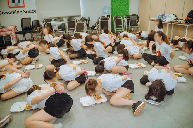 Clip hàng chục cô gái trói tay, chật vật nhoài người ăn cơm bằng miệng để hoàn thành thử thách trong buổi tập huấn kinh doanh gây tranh cãi - Ảnh 2.