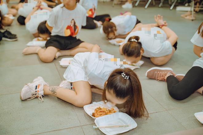 Clip hàng chục cô gái trói tay, chật vật nhoài người ăn cơm bằng miệng để hoàn thành thử thách trong buổi tập huấn kinh doanh gây tranh cãi - Ảnh 3.
