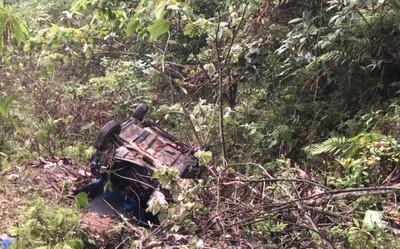 Xe taxi đâm xuống vực sâu 100 mét, 1 người chết, 3 người bị thương