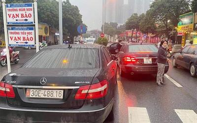 Từ 2 xe Mercedes trùng biển số, công an triệt phá đường dây làm giả giấy tờ, tiêu thụ xe 'gian'