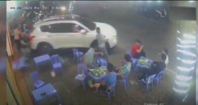 Clip: Lùi thẳng vào quán nhậu làm đổ hết bàn ghế, tài xế ô tô liền nhấn ga bỏ đi