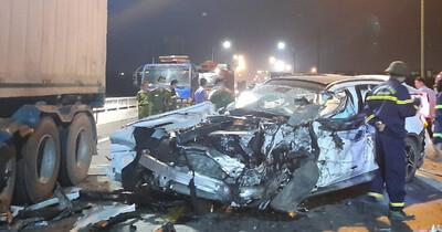 'Xế hộp' nát bét sau tai nạn trên cầu Quán Hàu