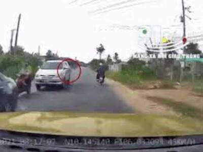 Ngã xuống đường sau va chạm, 02 người đàn ông bị ô tô cán tử vong