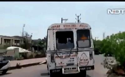 Ấn Độ: Xe cứu thương đang chạy, bất ngờ văng thi thể nạn nhân Covid-19 xuống đường gây phẫn nộ