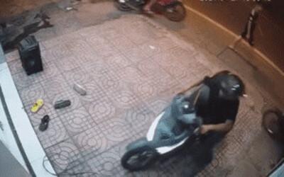 Clip: 'Hiệp sĩ' liều lĩnh tông thẳng vào kẻ gian đang trộm xe trên vỉa hè
