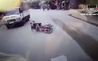 Cố tình vượt ẩu, 02 thanh niên đi xe máy lao thẳng vào gầm xe tải