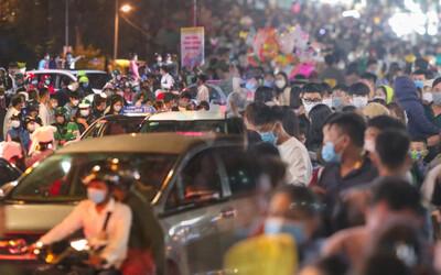 Chợ đêm Đà Lạt 'quá tải' tối 30/4: Người đi bộ tràn xuống đường, xe máy ô tô nhích từng chút một