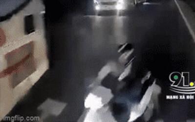 Clip: Vượt ẩu giữa quốc lộ, nam thanh niên ngã lộn nhào về sau 3m nhưng may mắn thoát chết