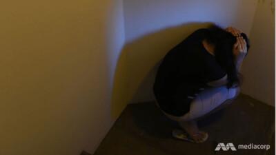 Thai phụ đấm, tát người giúp việc; ép ăn miếng bông bẩn trên bàn, ăn tóc trên sàn nhà vệ sinh