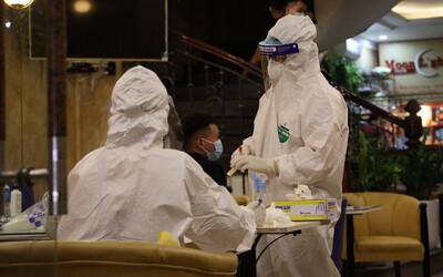 Ảnh: Lấy mẫu xét nghiệm, khử khuẩn quán karaoke nơi nam bác sĩ dương tính với SARS-CoV-2 từng đến