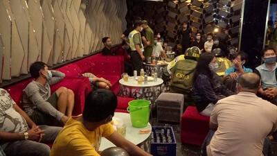 Mở cửa đón khách bất chấp lệnh cấm, chủ quán karaoke còn dựng hiện trường giả đối phó công an