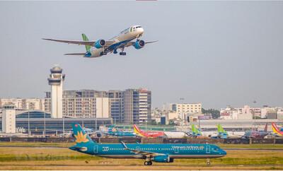 Nhiều hãng hàng không bất ngờ tăng phụ phí vé máy bay
