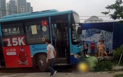 Đẩy bạn gái vào đầu xe buýt đang lao đến, thái độ của nam thanh niên càng gây phẫn nộ