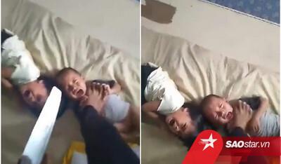 Xích mích với vợ, gã đàn ông bạo hành hai con nhỏ khiến dân mạng phẫn nộ